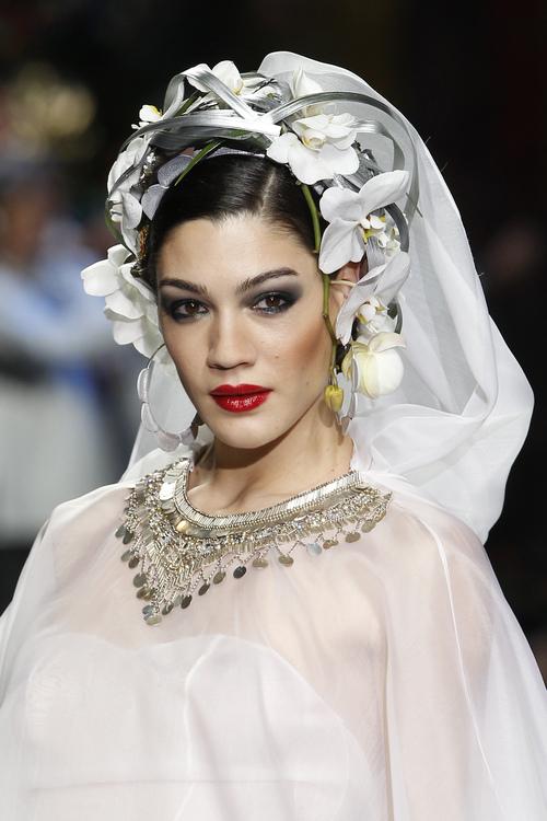 Escote joya en el traje de novia de Francis Montesino