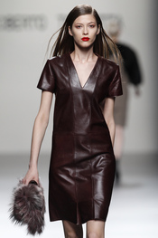 Vestido de cuero rojo teja, propuesta de Roberto Torretta