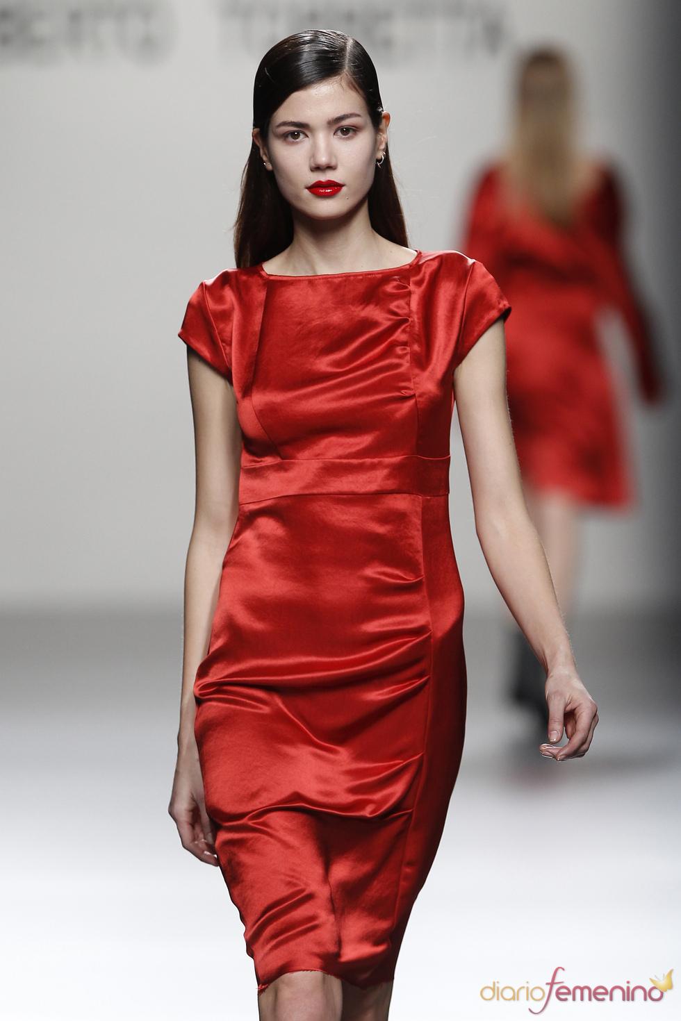 Vestido de satín rojo de Roberto Torretta