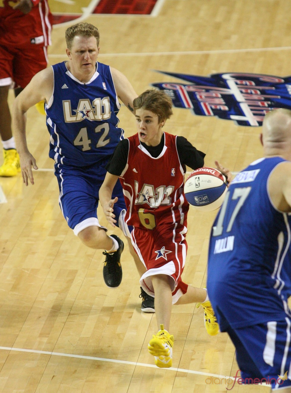Justin Bieber demuestra ser un 'crack' del baloncesto