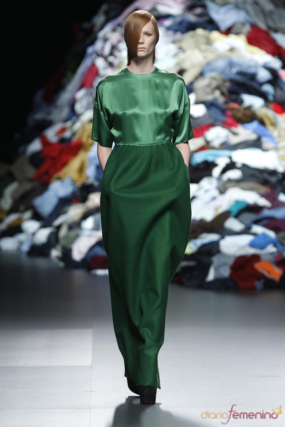 Vestido largo de noche de satén verde, de David Delfín