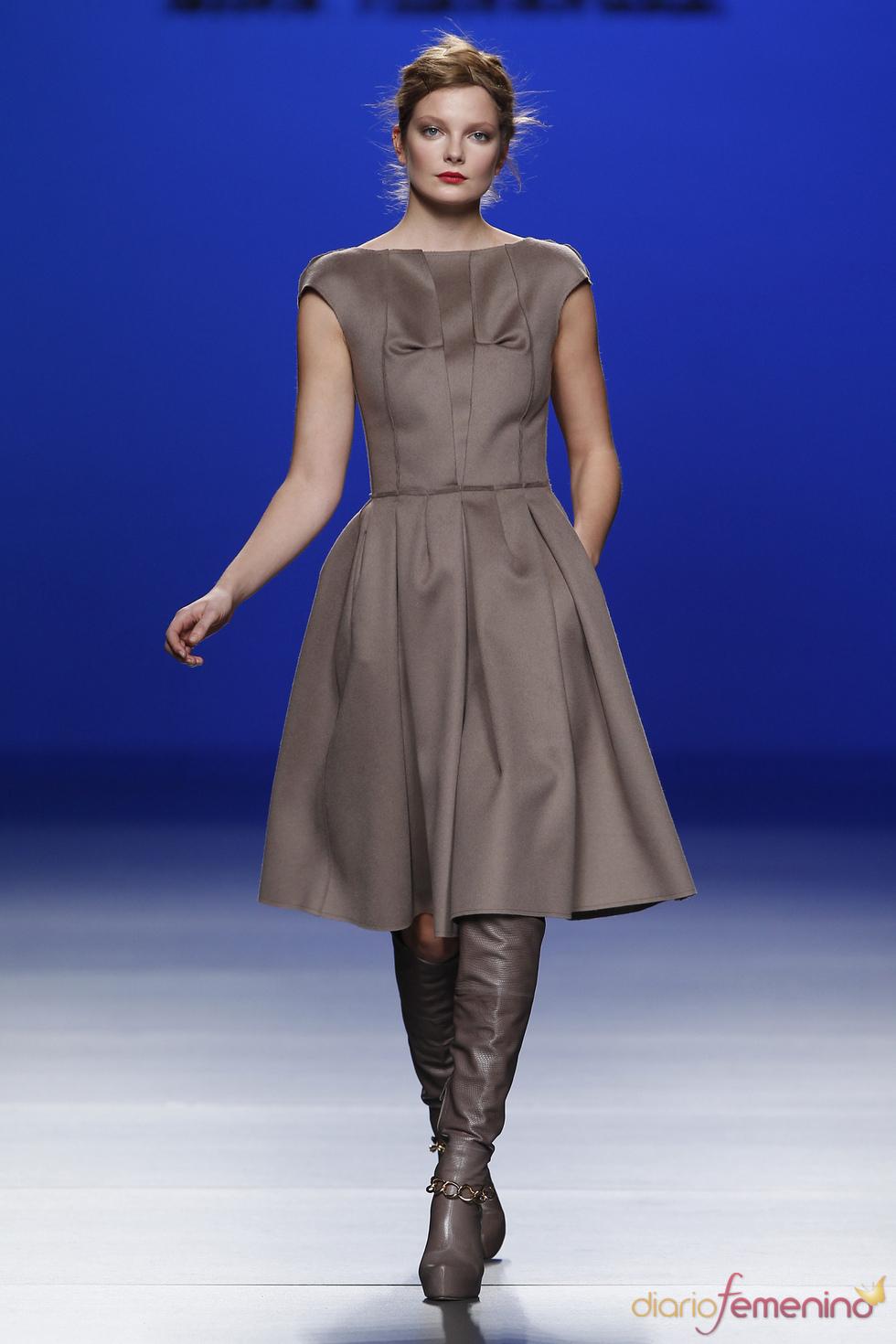 Vestidos con vuelo, en tonos marrones, propuestas de Kina Fernández