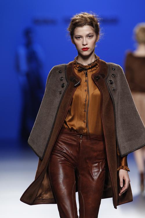 Satén y cuero en tonos mostaza y marrón, propuesta de Kina Fernández