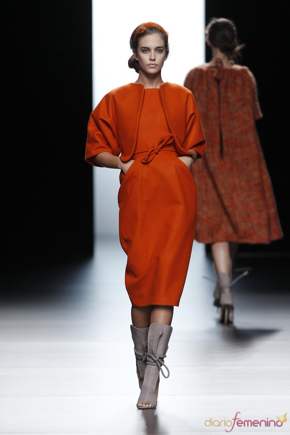 Las costuras desaparecen en la colección de Juanjo Oliva en Cibeles 2011