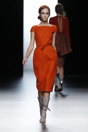 Los cordeles ajustan las cinturas femeninas de Juanjo Oliva