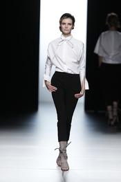 Juanjo Oliva actualiza la camisa blanca en Cibeles 2011