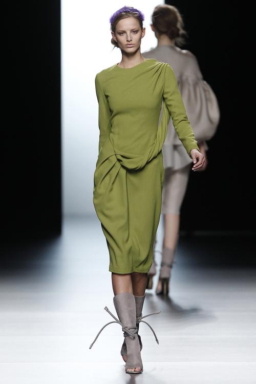 Vestido minimalista de Juanjo Oliva en Cibeles 2011