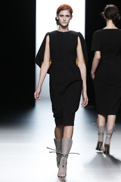 Vestido negro con minicapa de Juanjo Oliva en Cibeles 2011