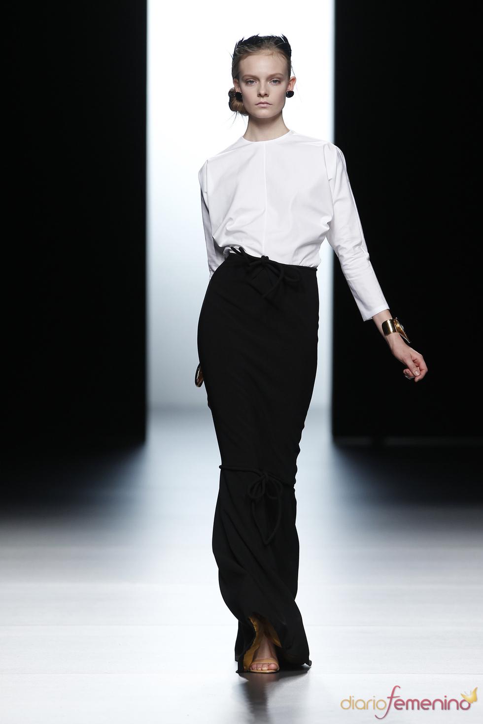 Faldas larguísimas en la colección de Juanjo Oliva