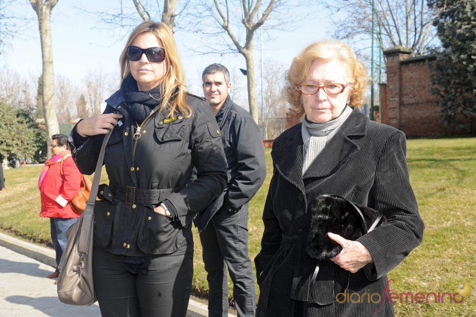 Loreto Valverde y su madre en el funeral de Florinda Chico