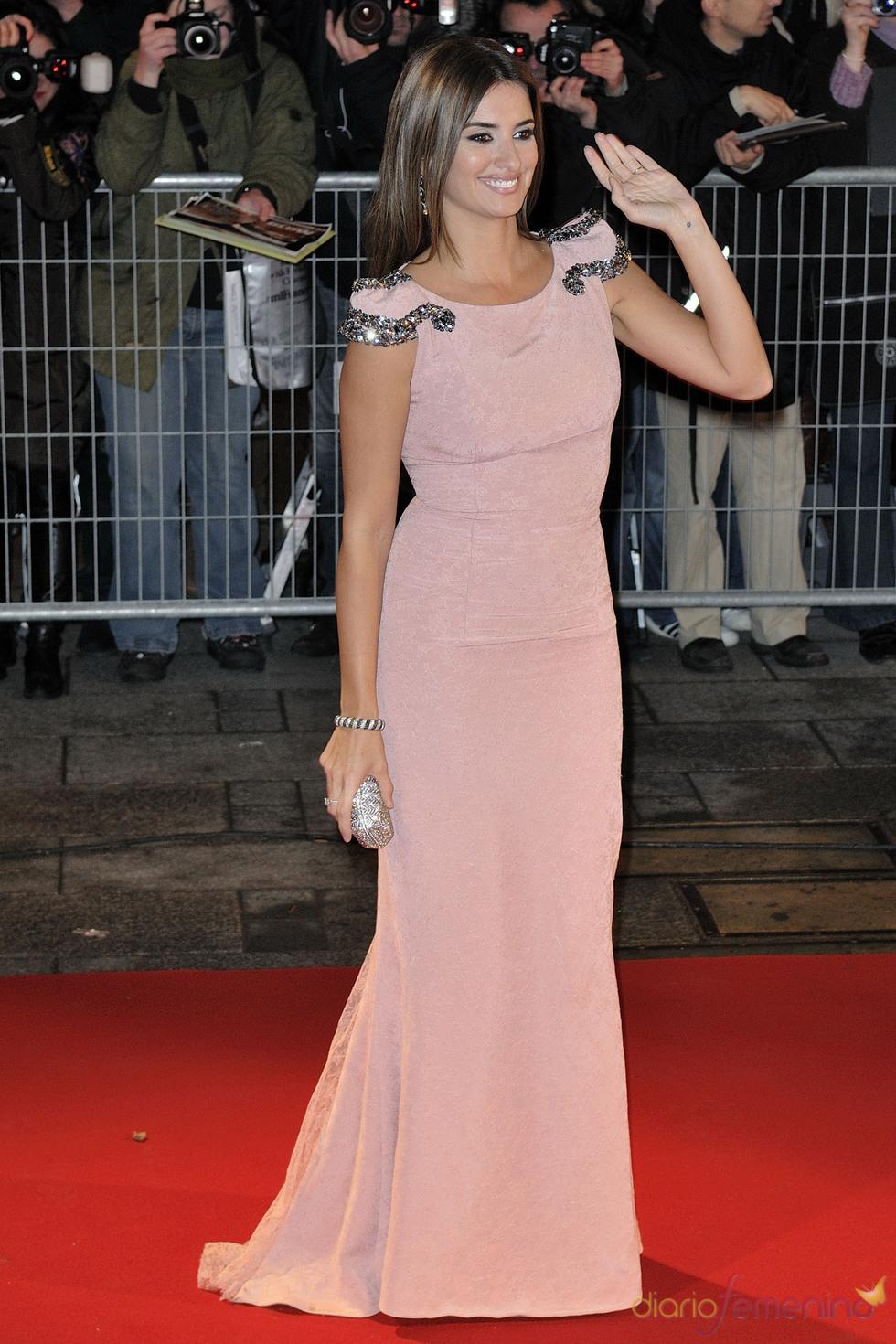 Penélope Cruz con vestido rosa en la premier de Nine - Rosa cuarzo ...