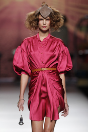 Vestido fucsia con tocado. Alma Aguilar. Cibeles Madrid Fashion Week 2011