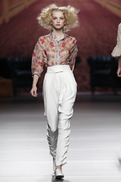 Blusa estampada con pantalón blanco. Alma Aguilar. Cibeles Madrid Fashion Week 2011