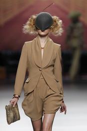 Traje de chaqueta beige con tocado. Alma Aguilar. Cibeles Madrid Fashion Week 2011