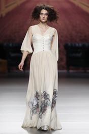 Vestido largo crudo. Alma Aguilar. Cibeles Madrid Fashion Week 2011