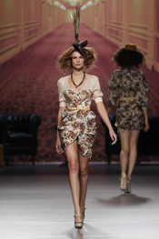 Vestido corto estampado con tocado. Alma Aguilar. Cibeles Madrid Fashion Week 2011