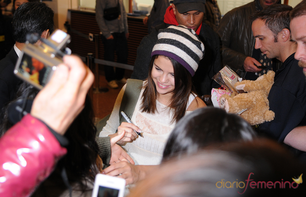 Selena Gomez firma autógrafos en Tokio