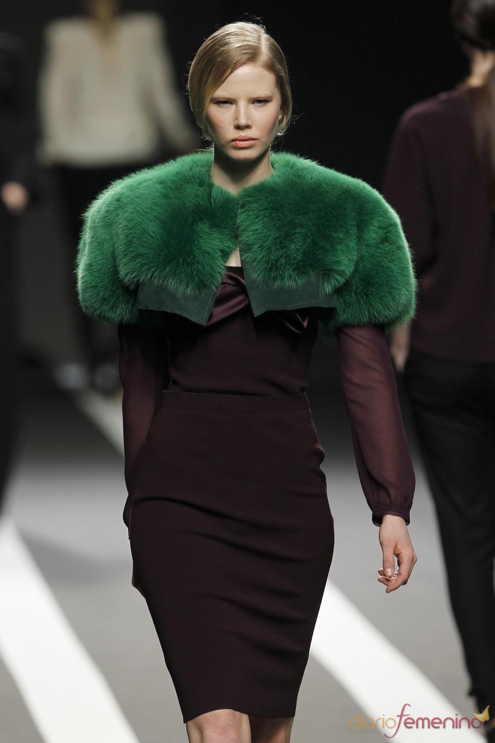 Vestido negro con estola verde. Miguel Palacio. Cibeles Madrid Fashion Week 2011