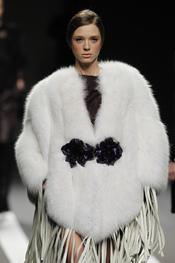 Estola blanca con vestido tiras crudo. Miguel Palacio. Cibeles Madrid Fashion Week 2011