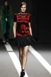 Blusa granate con falda negra. Miguel Palacio. Cibeles Madrid Fashion Week 2011