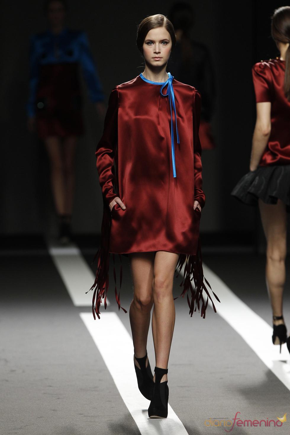 Vestido granate tiras con lazo azul. Miguel Palacio. Cibeles Madrid Fashion Week 2011