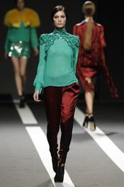 Blusa verde con pantalón granate. Miguel Palacio. Cibeles Madrid Fashion Week 2011