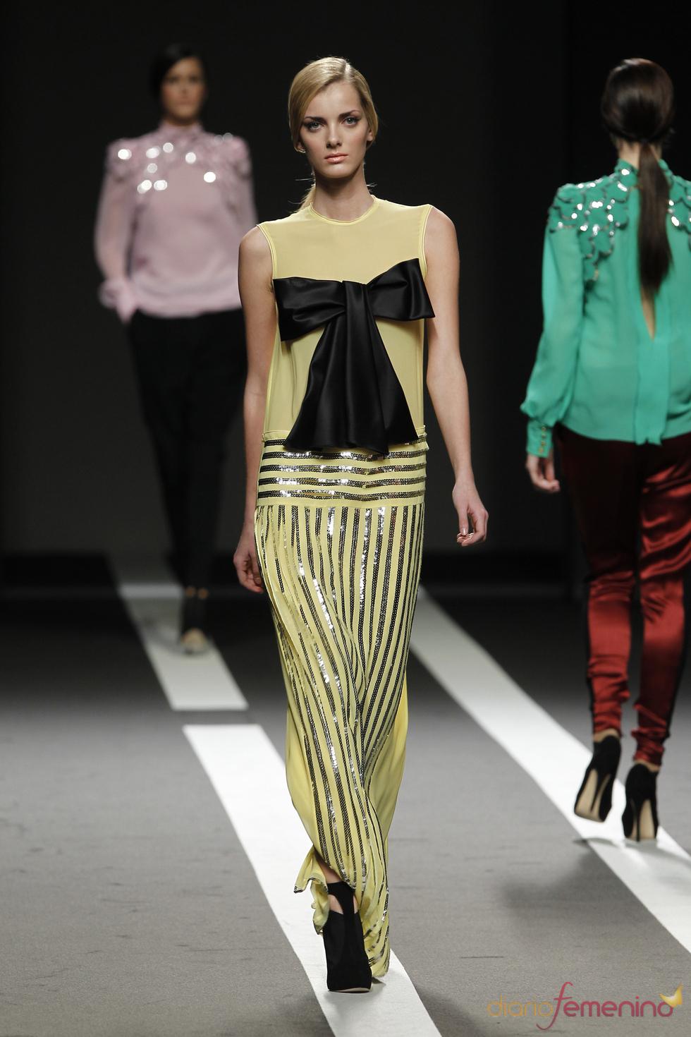Vestido amarillo con lazo negro. Miguel Palacio. Cibeles Madrid Fashion Week 2011