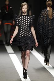 Vestido con aberturas circulares. Miguel Palacio. Cibeles Madrid Fashion Week 2011