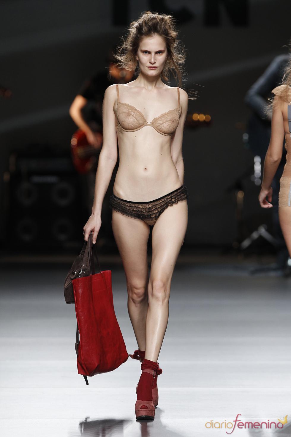 Lenceria con bolso rojo. TCN. Cibeles Madrid Fashion Week 2011