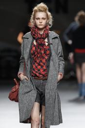 Camisa de cuadros con abrigo gris. TCN. Cibeles Madrid Fashion Week 2011