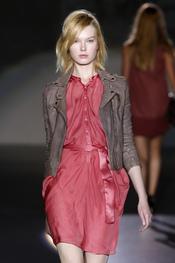 Vestido de seda y chaqueta de cuero, propuesta de Sita Murt
