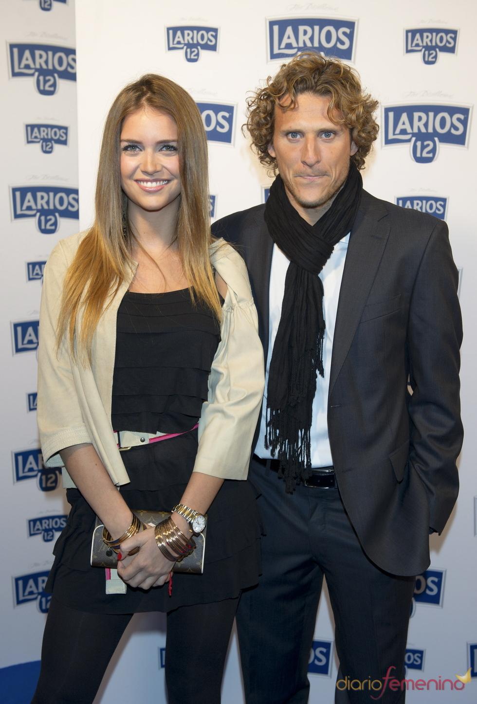 Diego Forlán y su mujer en la presentación del calendario Larios 2011