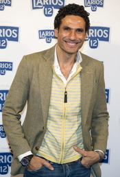 Óscar Higares en la presentación del calendario Larios 2011
