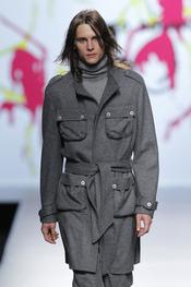 Abrigo militar de lana gris, propuesta de Adolfo Dominguez para ellos