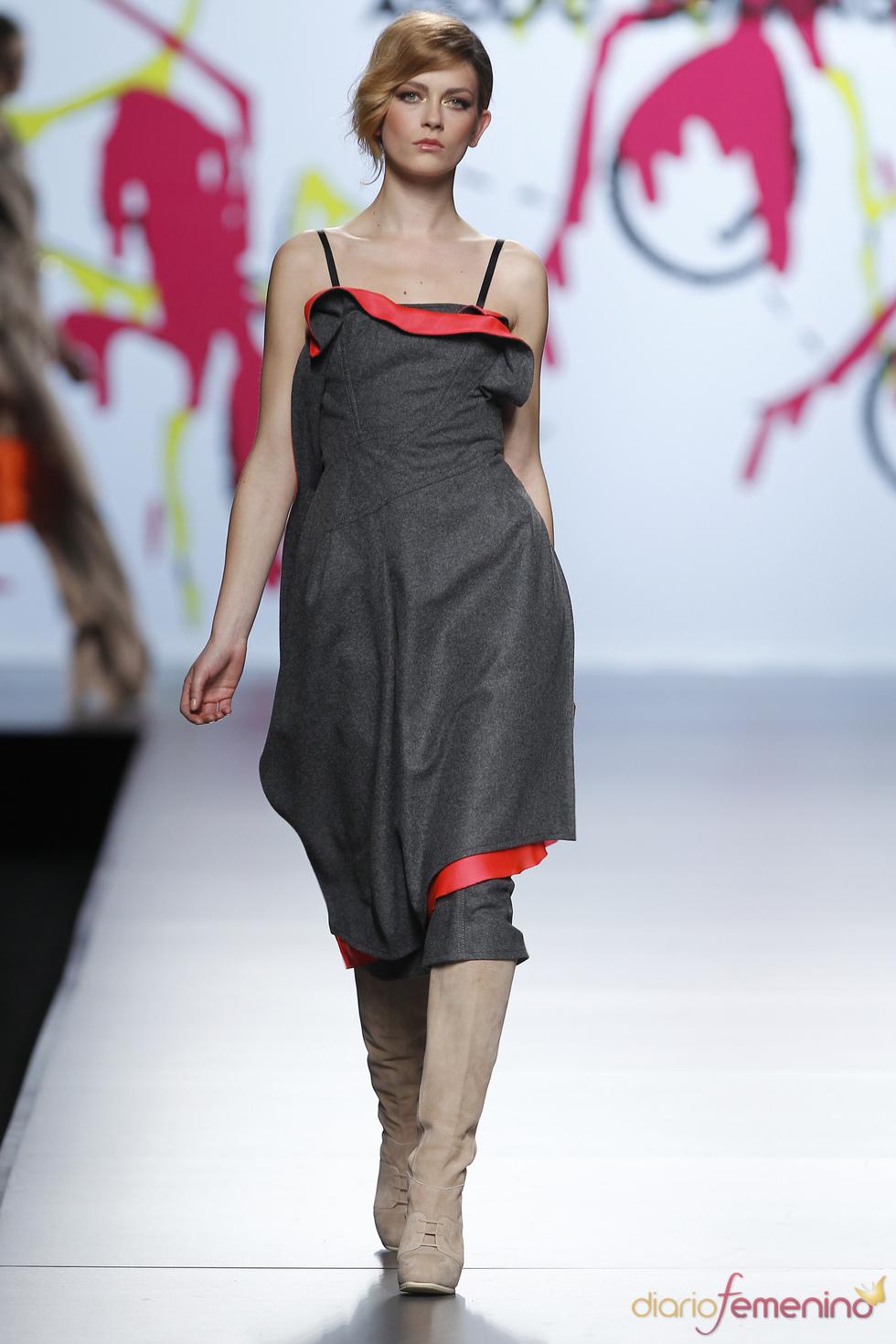 Vestido asimétrico, mezcla de tejidos, propuesta de Adolfo Domínguez