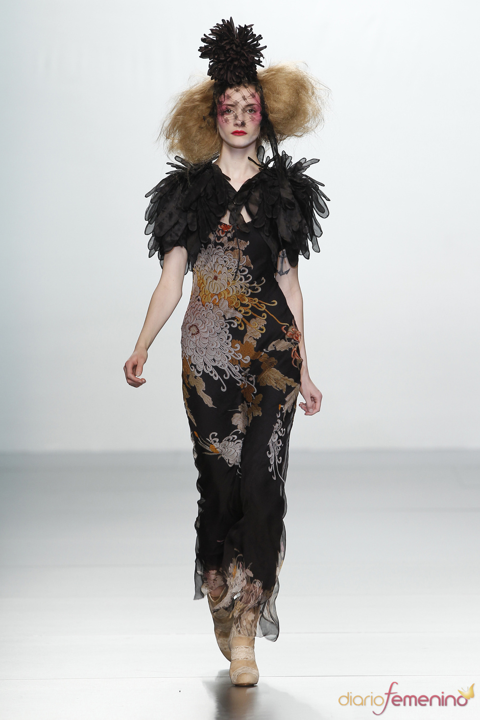 Capa de plumas. Elisa Palomino O/I 2011-12. Cibeles Madrid Fashion Week