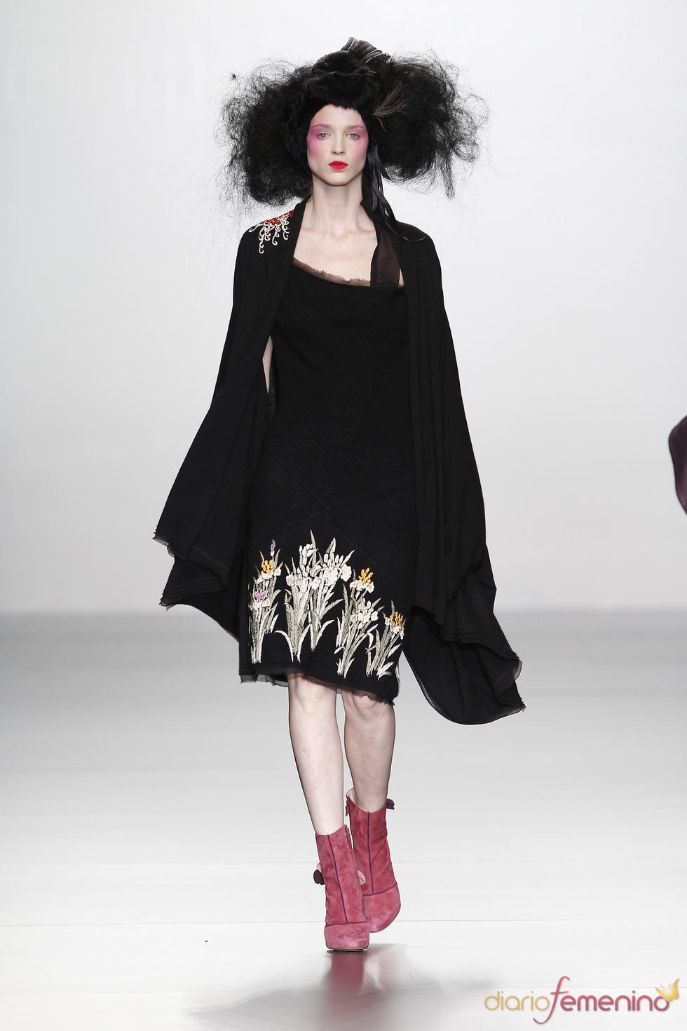 El negro reina en la colección de Elisa Palomino O/I 2011-12. Cibeles Madrid Fashion Week