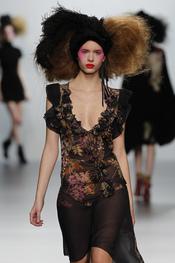 Estampados sobre negro. Elisa Palomino O/I 2011-12. Cibeles Madrid Fashion Week