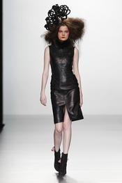 Vestido de cuero. Elisa Palomino O/I 2011-12. Cibeles Madrid Fashion Week