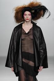 Cuero y transparencias. Elisa Palomino O/I 2011-12. Cibeles Madrid Fashion Week