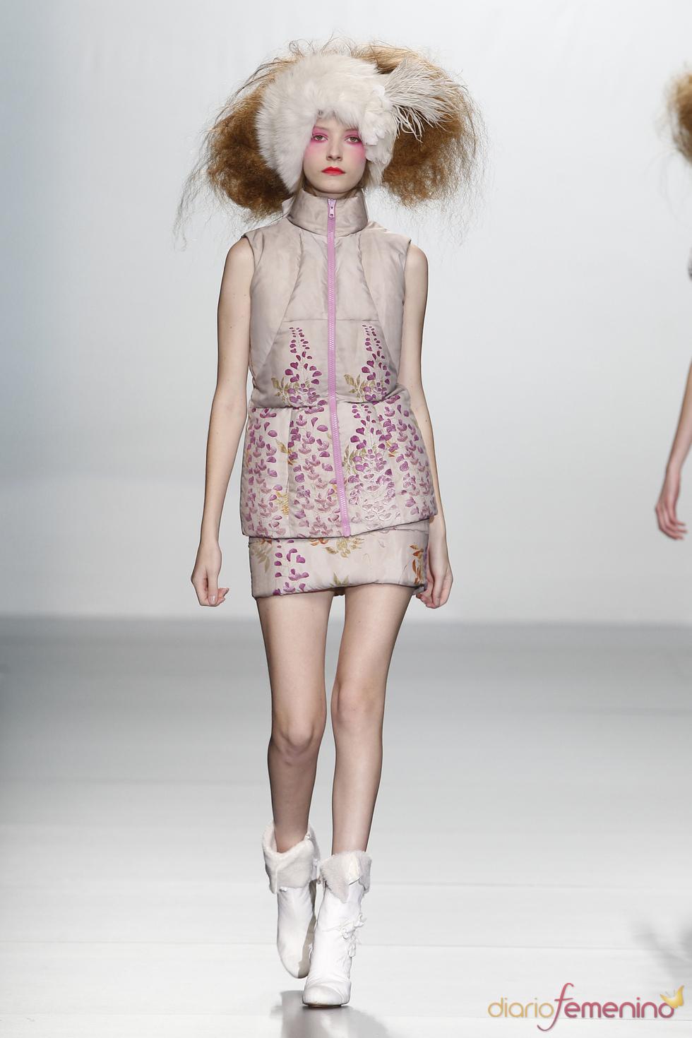Falda y chaleco estilo plumífero. Elisa Palomino O/I 2011-12. Cibeles Madrid Fashion Week