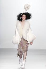 Abrigo blanco oversize. Elisa Palomino O/I 2011-12. Cibeles Madrid Fashion Week