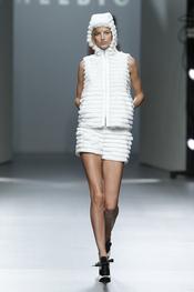 Conjunto blanco.Teresa Helbig O/I 2011-12. Cibeles Madrid Fashion Week