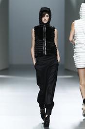 Chaleco negro con capucha.Teresa Helbig O/I 2011-12. Cibeles Madrid Fashion Week
