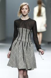 Vestido gris y negro. Teresa Helbig O/I 2011-12. Cibeles Madrid Fashion Week