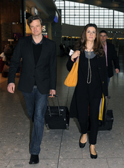 Colin Firth pone rumbo a Los Ángeles para la gala de los Oscar 2011