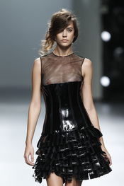 Vestido charol negro.Teresa Helbig O/I 2011-12. Cibeles Madrid Fashion Week