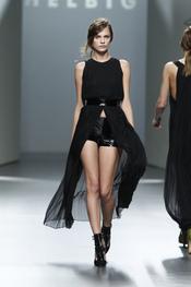 Vestido apertura frontal.Teresa Helbig O/I 2011-12. Cibeles Madrid Fashion Week