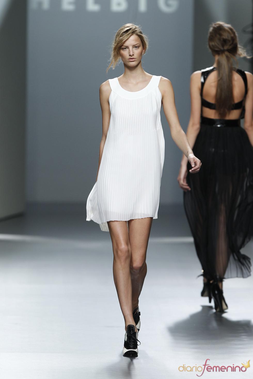 Vestido Blanco plisado.Teresa Helbig O/I 2011-12. Cibeles Madrid Fashion Week
