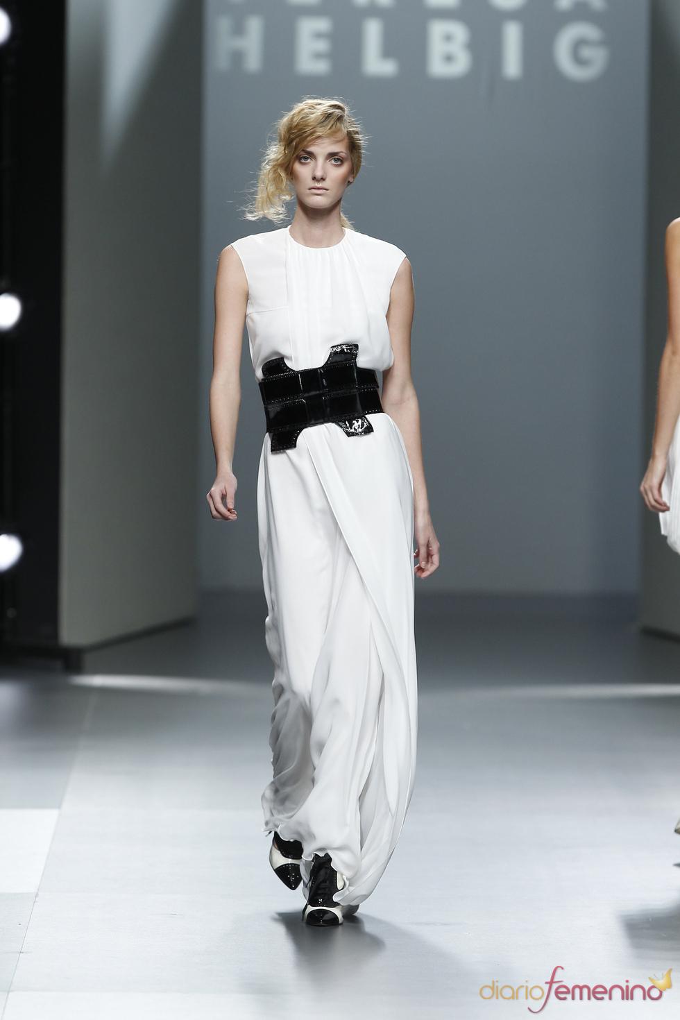 Vestido blanco con cinturon negro.Teresa Helbig O/I 2011-12. Cibeles Madrid Fashion Week